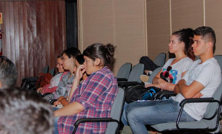 """Alunos durante a exibição do filme """"Um senhor estagiário"""". Foto: Luciana Oliveira"""