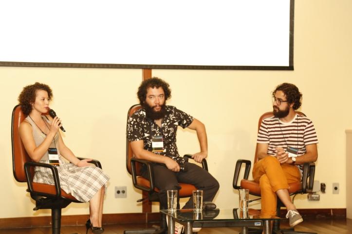 Os palestrantes Mariane Cunha e Rafael Lobo, acompanhados do Professor Alex Vidigal. Foto: Gabriel Santos